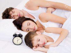 6614546-Tres-personas-de-la-familia-joven-durmiendo-con-reloj-despertador-cerca-de-sus-cabezas-Foto-de-archivo